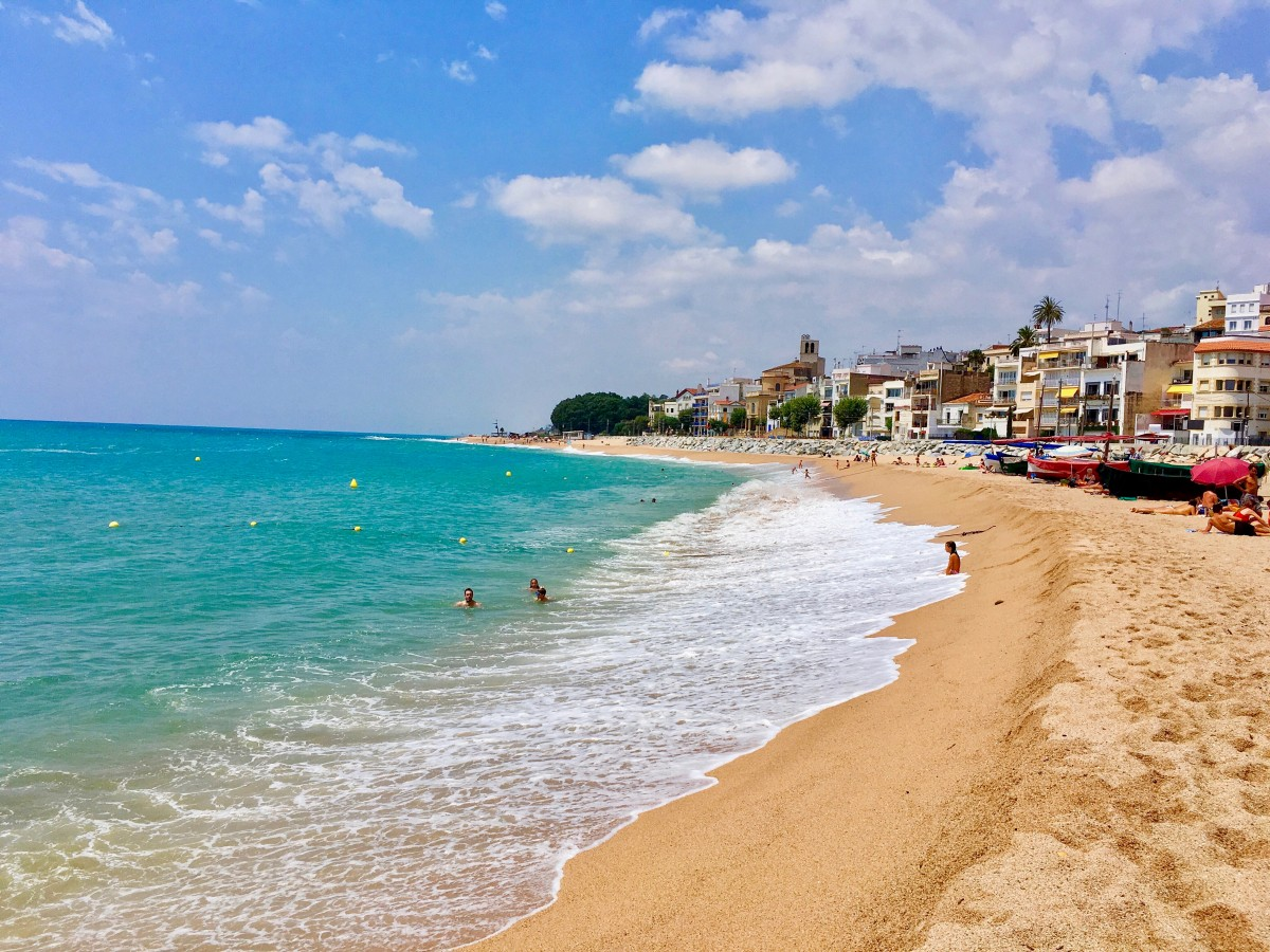 When looking for family friendly beaches in the south of France and Spain, we have a few to recommend. These are some of the best family friendly beaches in the Mediterranean. - Kids Are A Trip